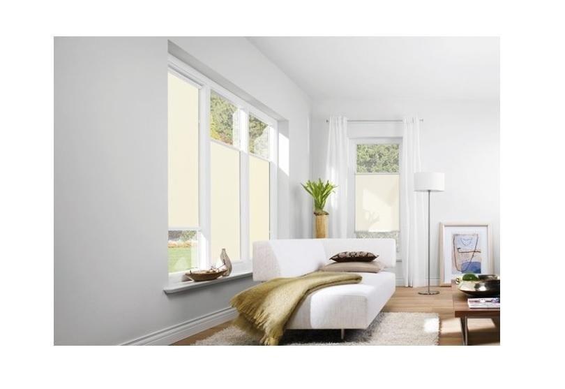 una sala con un divano ad angolo e vista di due finestre