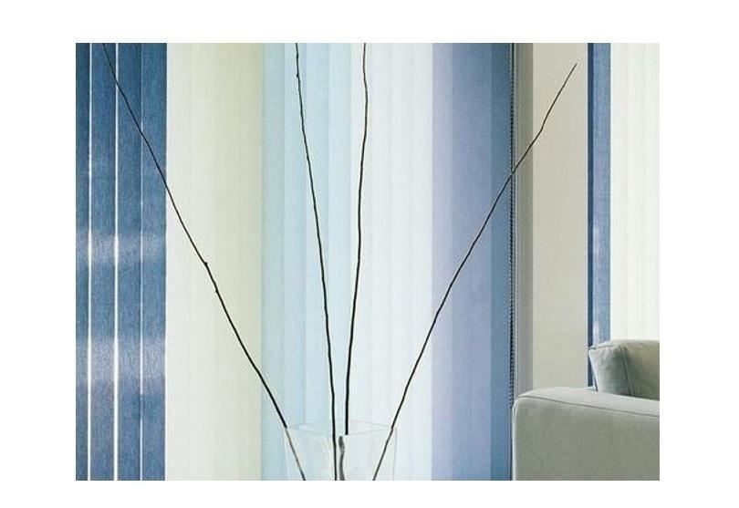 delle tende a pannello di color bianco e blu
