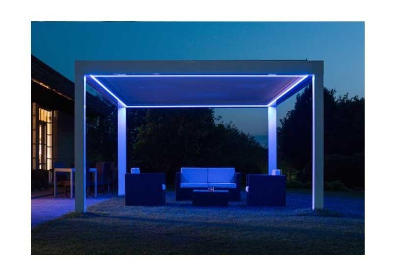 una pergola con delle luci di color blu