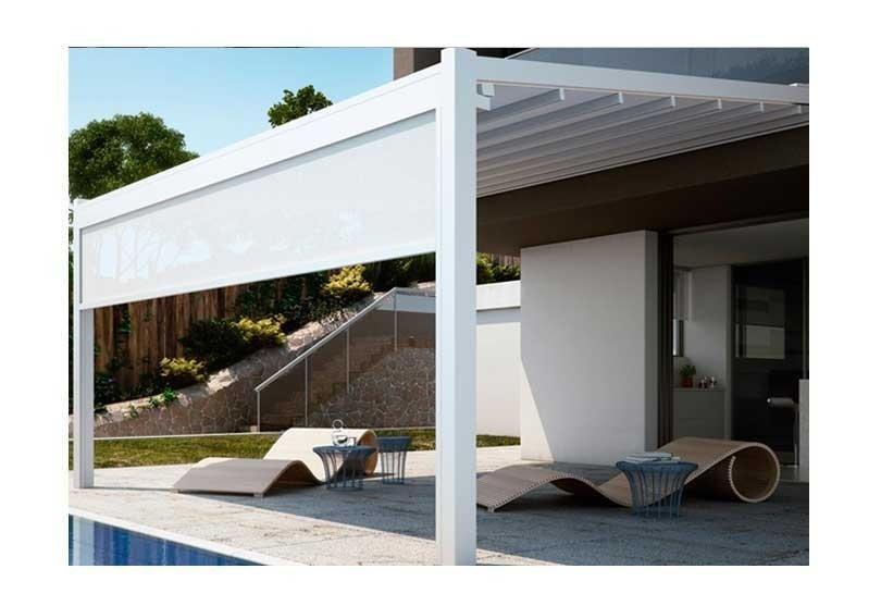 due sdraio accanto a una piscina coperti da una pergola