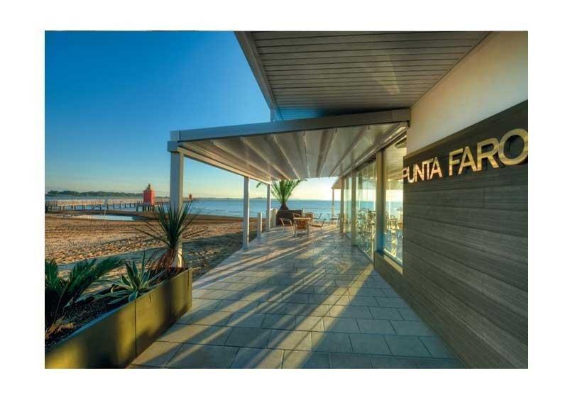 una pergola sulla veranda del ristorante Punta Faro