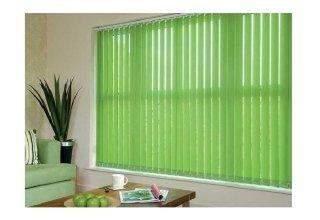 una sala con le tende a pannello di color verde