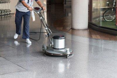 pulizia con strumenti professionali