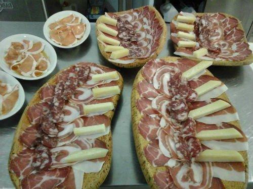 vassoi di affettati e formaggi