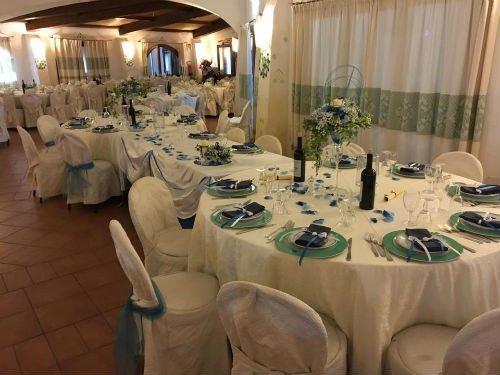 sala interna del ristorante con tavoli apparecchiati per banchetto