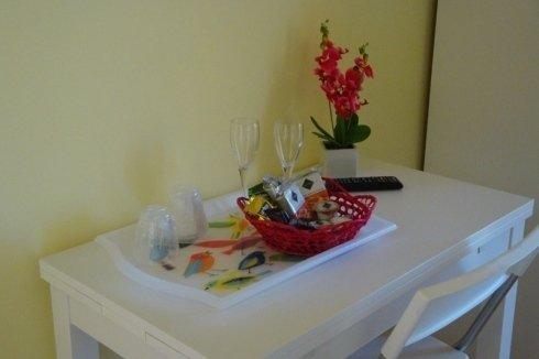 Tavola bianca,vassoio, due bicchieri, paniere, telecomando