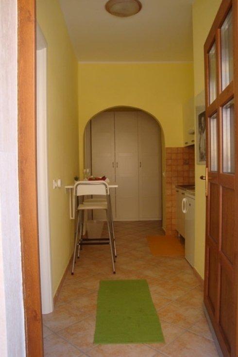 Corridoio, armadio blanco, seggiolone