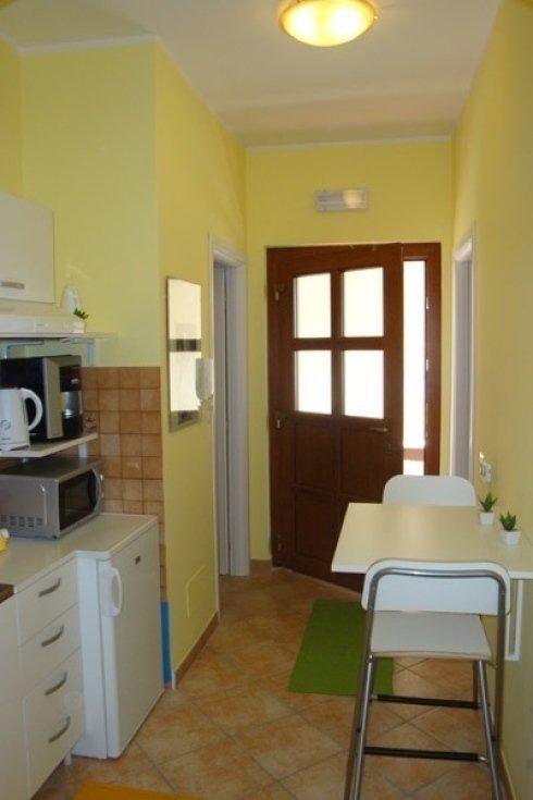Piccola cucina, carretta, microonde ,frigorifero e caffettiera