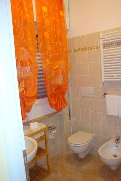 Stanza da bagno con tende arance
