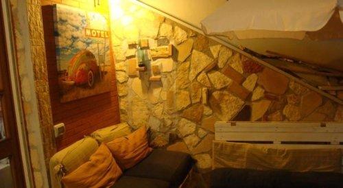 Angolo della terrazza , parete di pietra, un sofä
