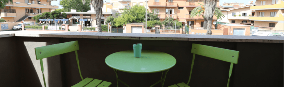 terrazzino con tavolo e sedie verdi