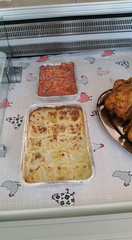 due vassoi di alluminio con lasagne e pasta al forno