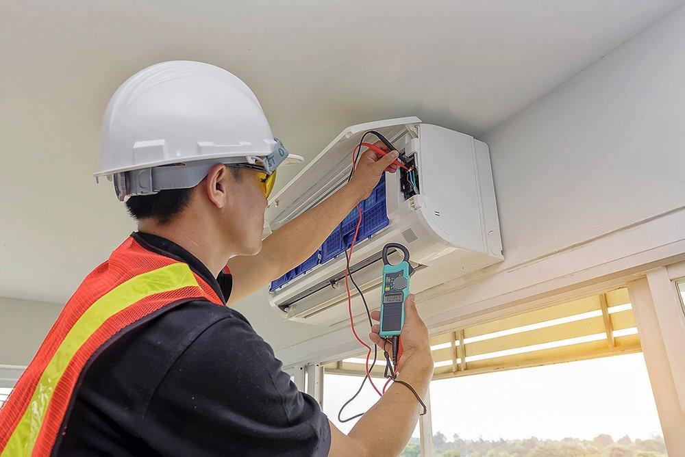 tecnico ripara climatizzatore