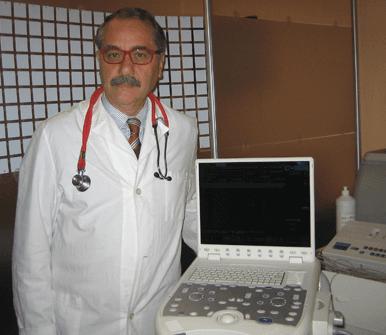 medico di fianco a strumentazione tecnica