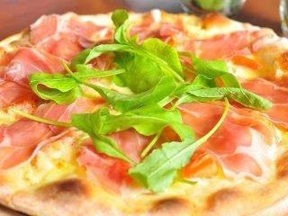 Pizza bianca di speck e rucola