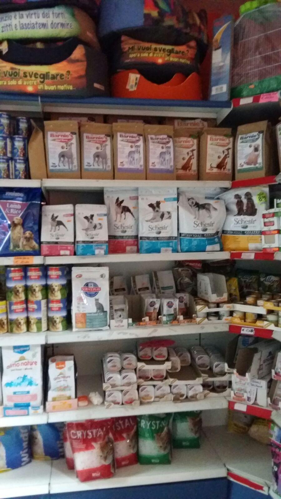 Delle mensole con confezioni di mangime per gli animali