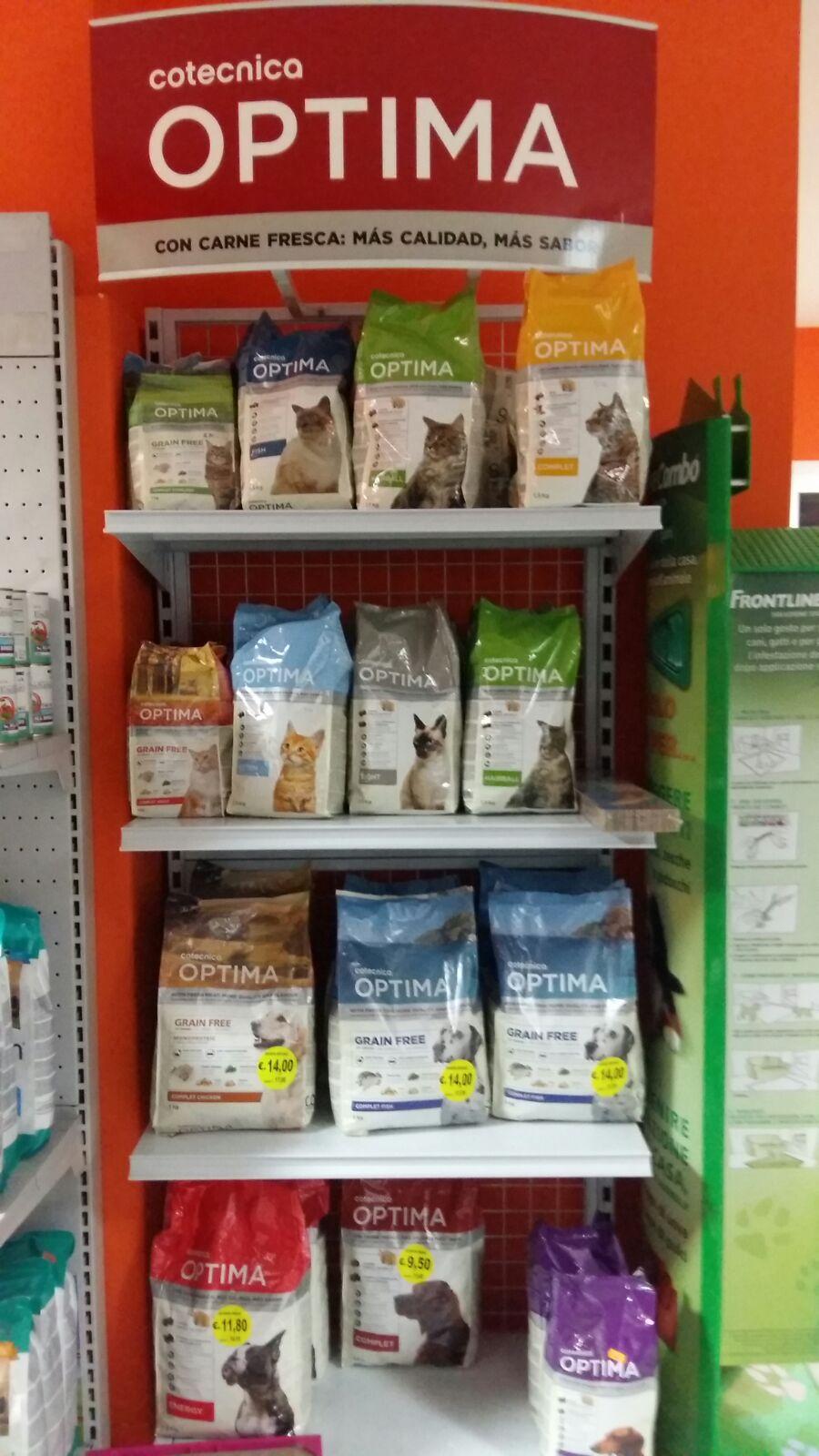 Uno stand con scritto Optima e delle mensole con mangime per cani e gatti