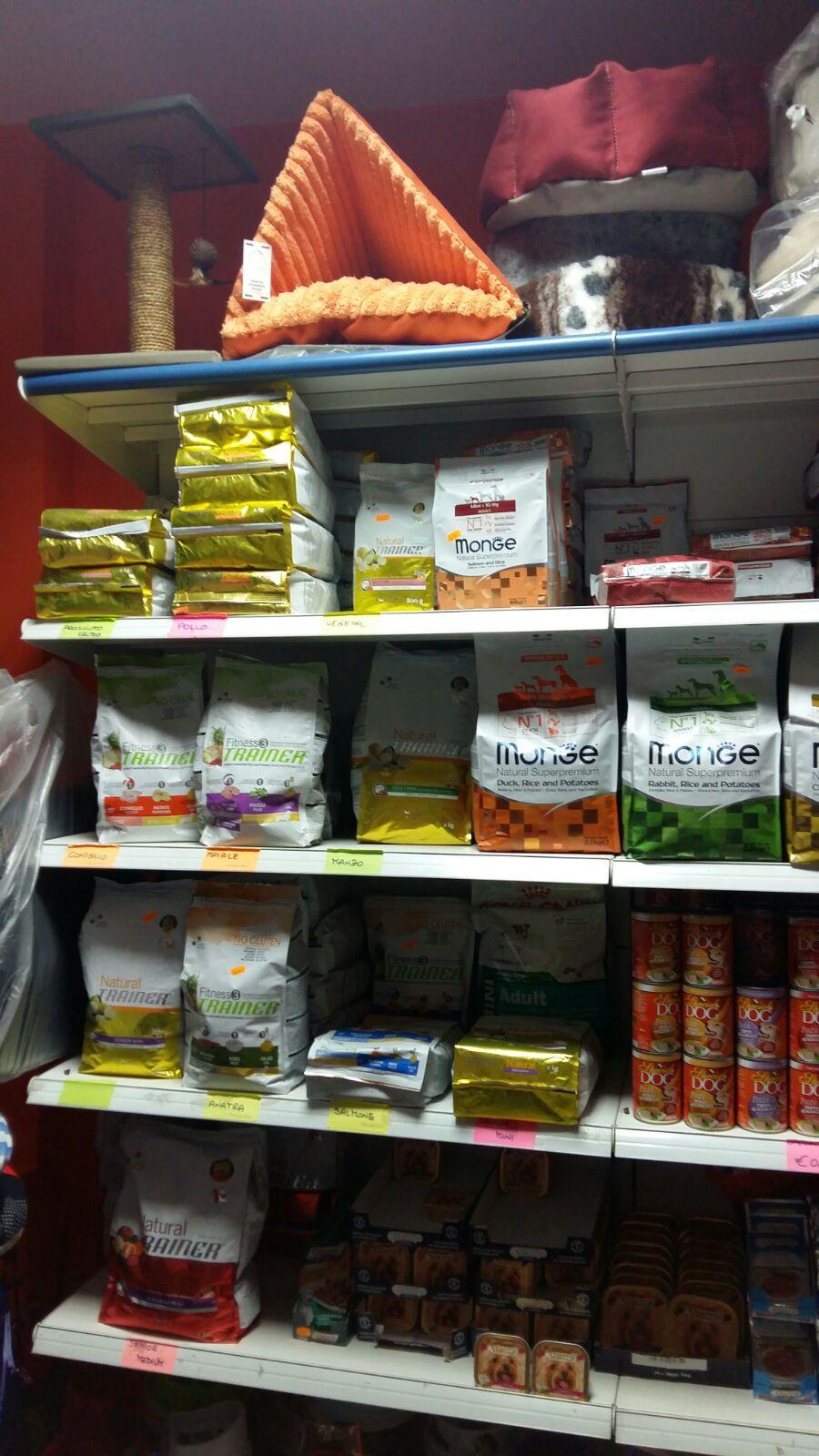 Delle mensole con delle confezioni di mangime per gli animali e delle cucce