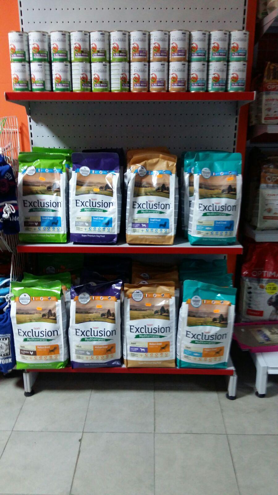 Delle mensole con delle confezioni di mangime per gli animali della marca Exclusion