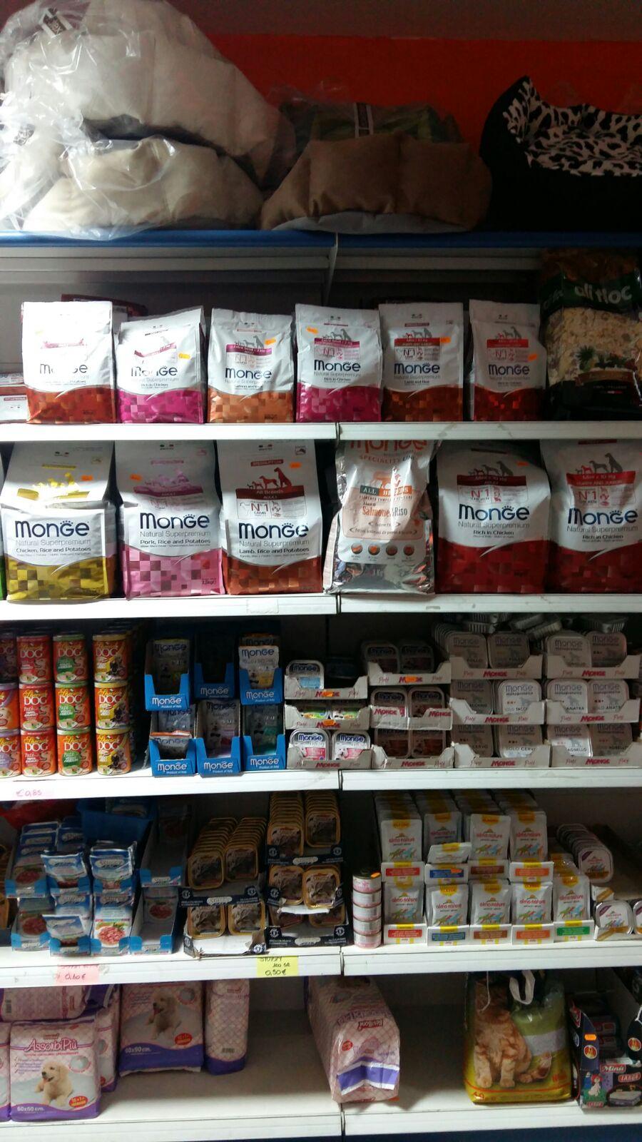 Delle mensole con confezioni di mangime per gli animali della marca Exclusion Monge