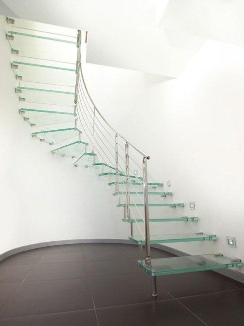 La ditta propone scale di alto design in vetro