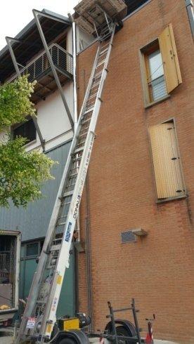 scala con elevatore per traslochi su palazzo
