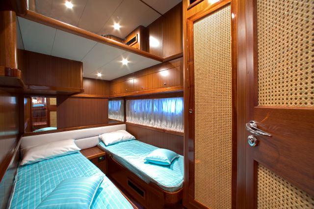 Camera da letto con due letti singoli molto elegante di uno yatch
