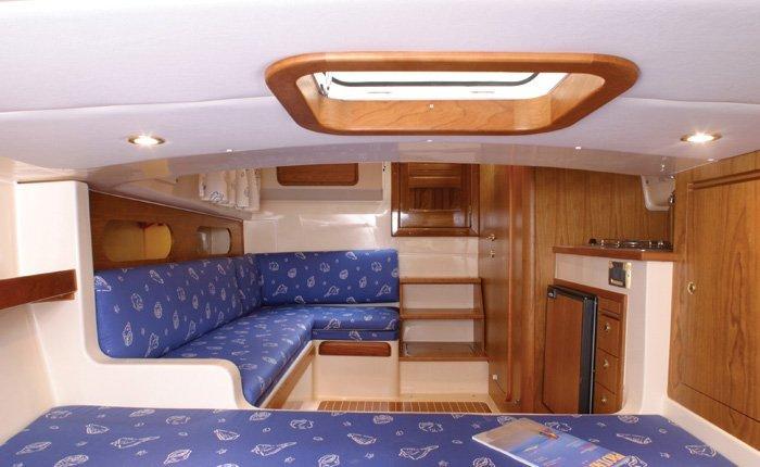 Soggiorno con divani angolari di una barca