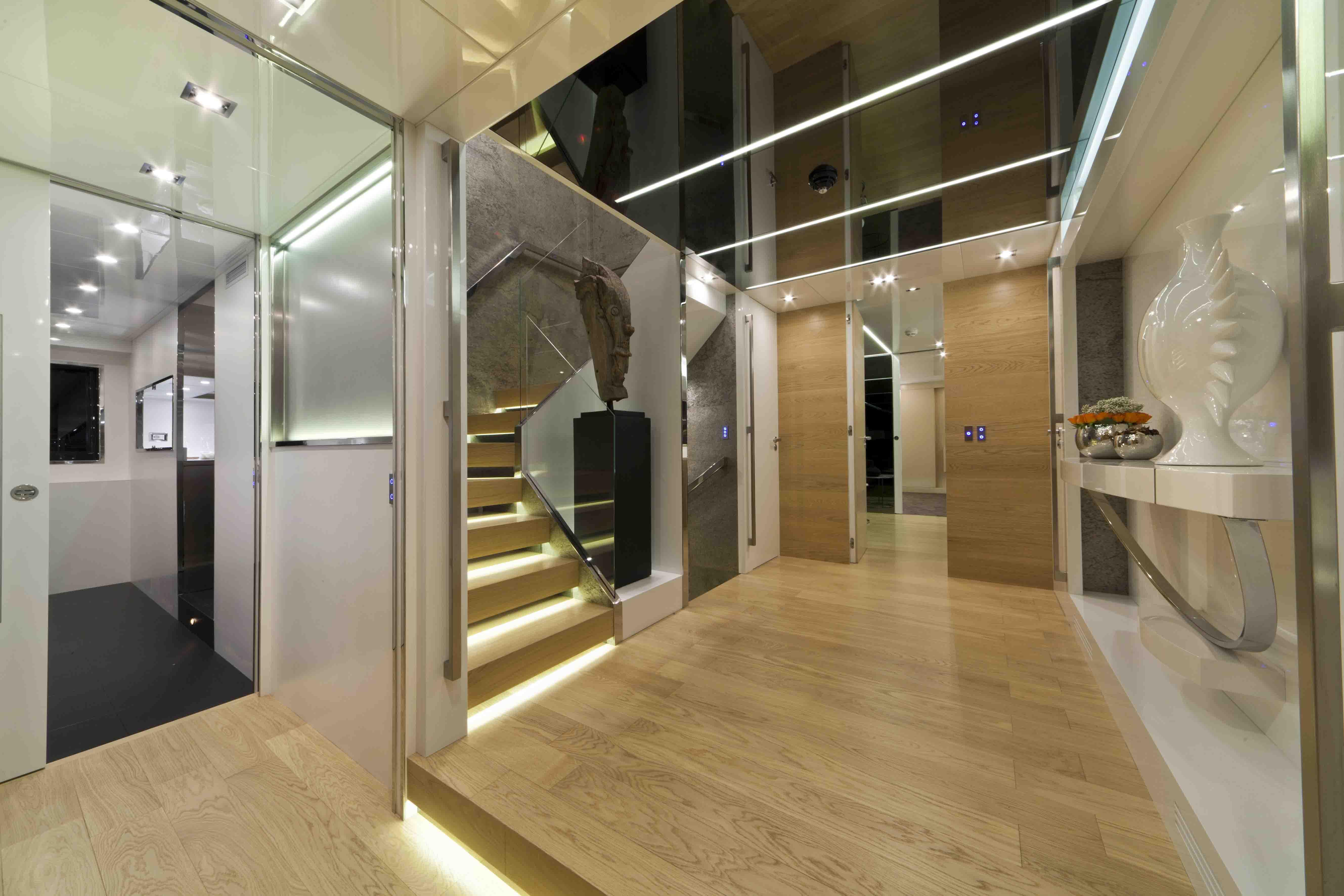 Elegante sala d'ingresso di uno yatch con scala al secondo piano