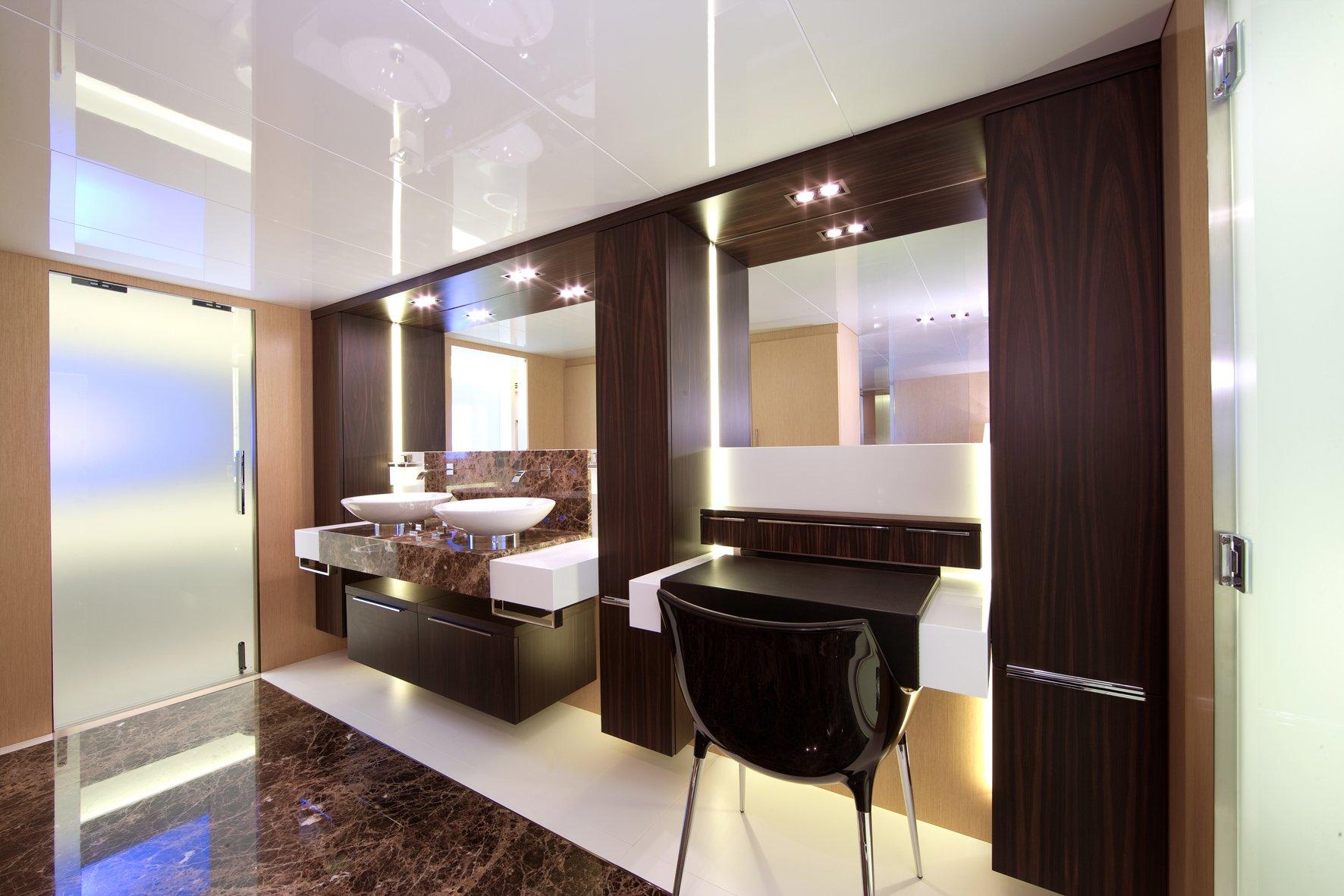 Elegantissimo bagno con doppio lavabo di uno yatch