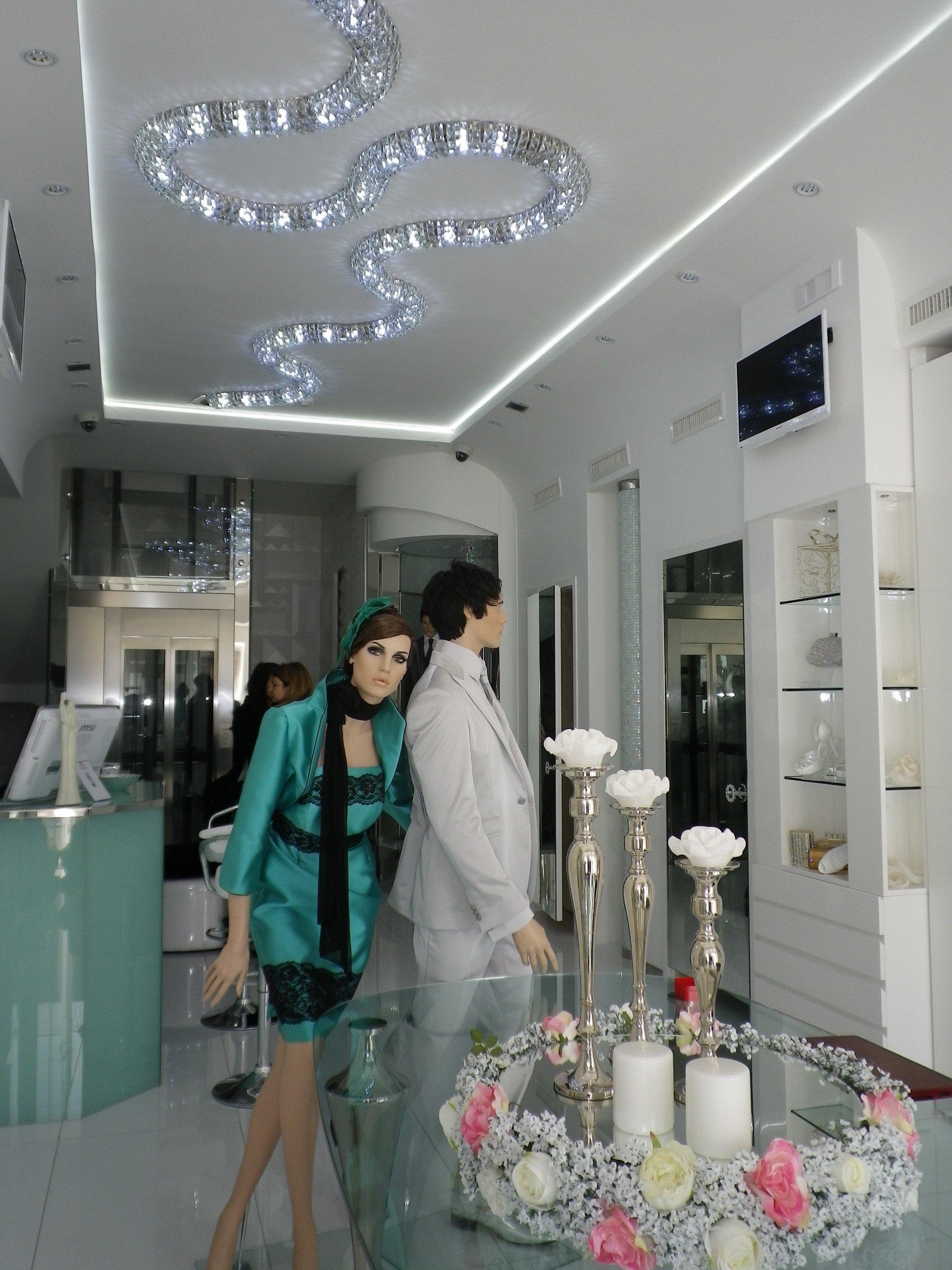 Reception di un negozio di abbigliamento con due manichini vestiti in stile elegante