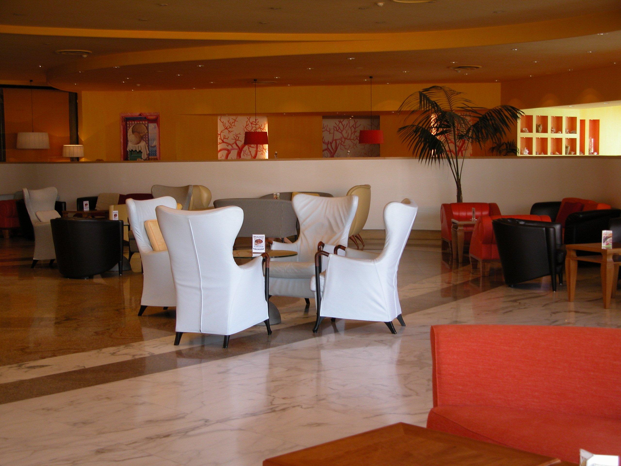Tavolino con quattro eleganti portone bianche nella sala d'attesa di un hotel