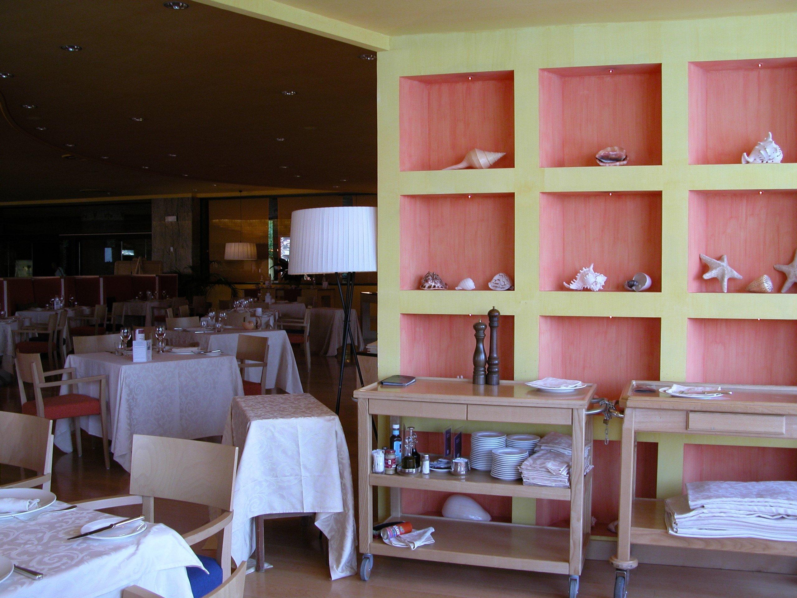 Interno del ristorante di un hotel con carrello per spezie da cameriere
