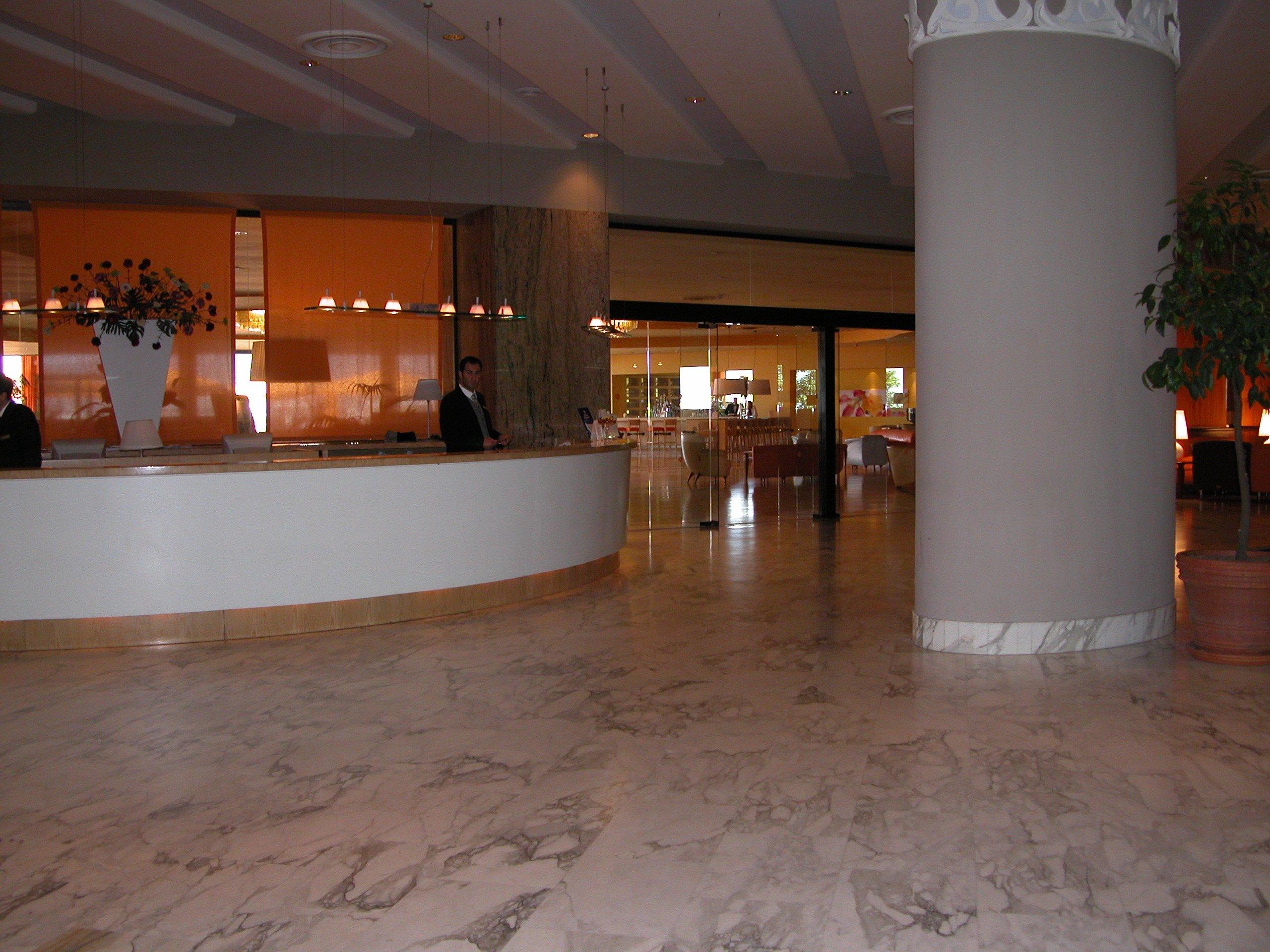 Reception di un Hotel elegante con pavimento in granito levigato