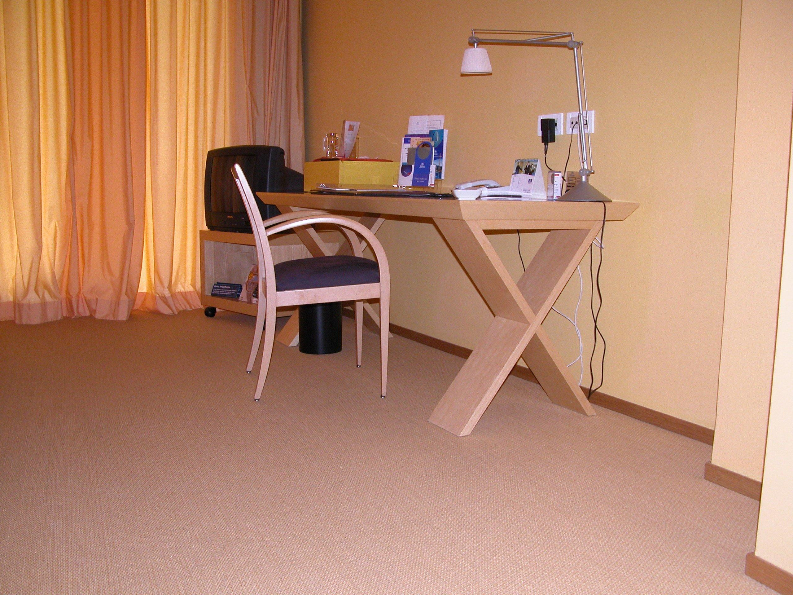 Scrivania in una stanza dell'hotel, con sedia