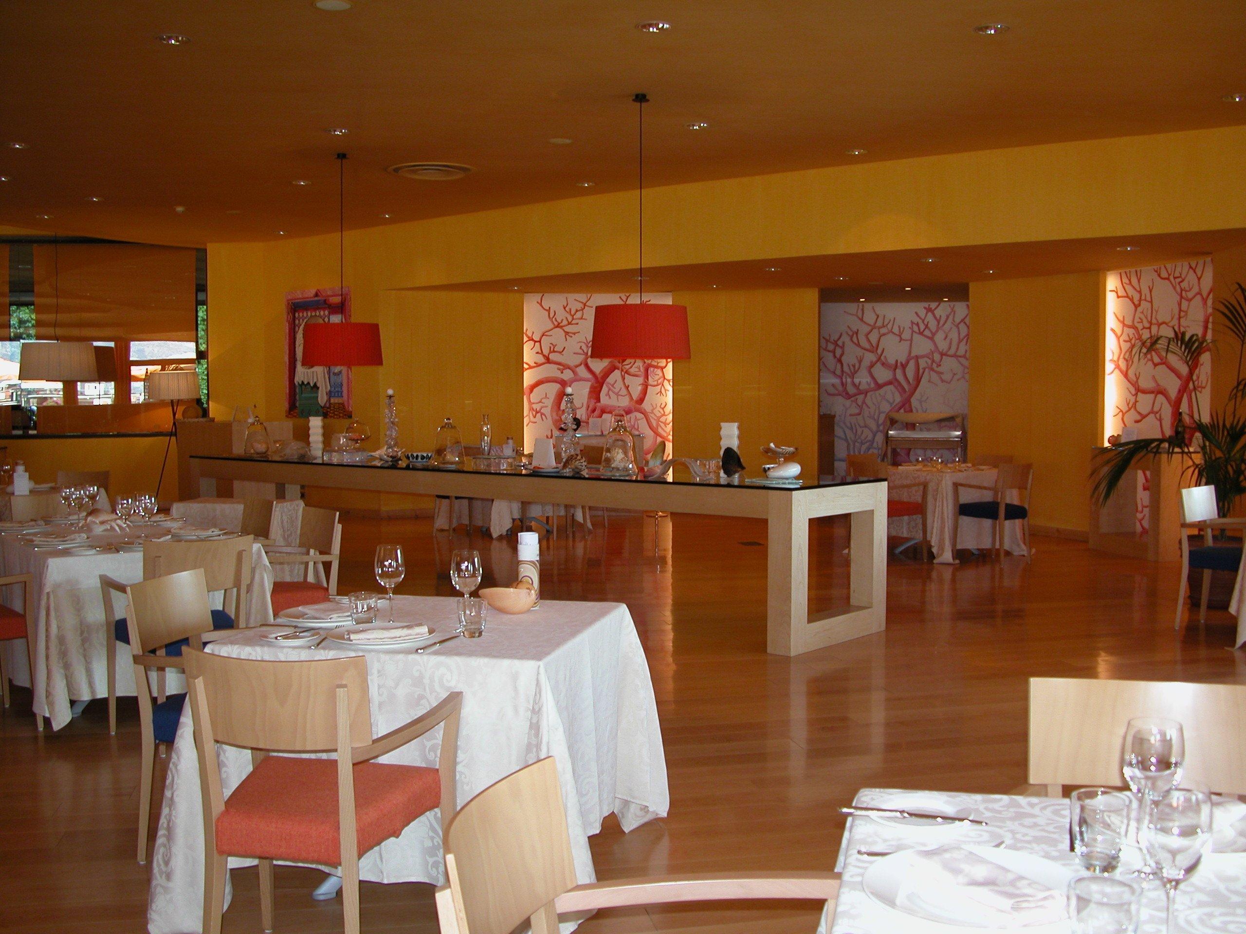 Interno di un ristorante d'hotel con tavole apparecchiate