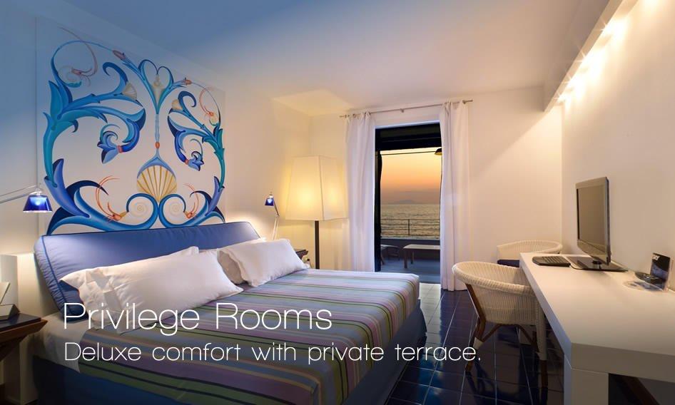 Suite moderna con letto matrimoniale, porta finestra al balcone e affresco