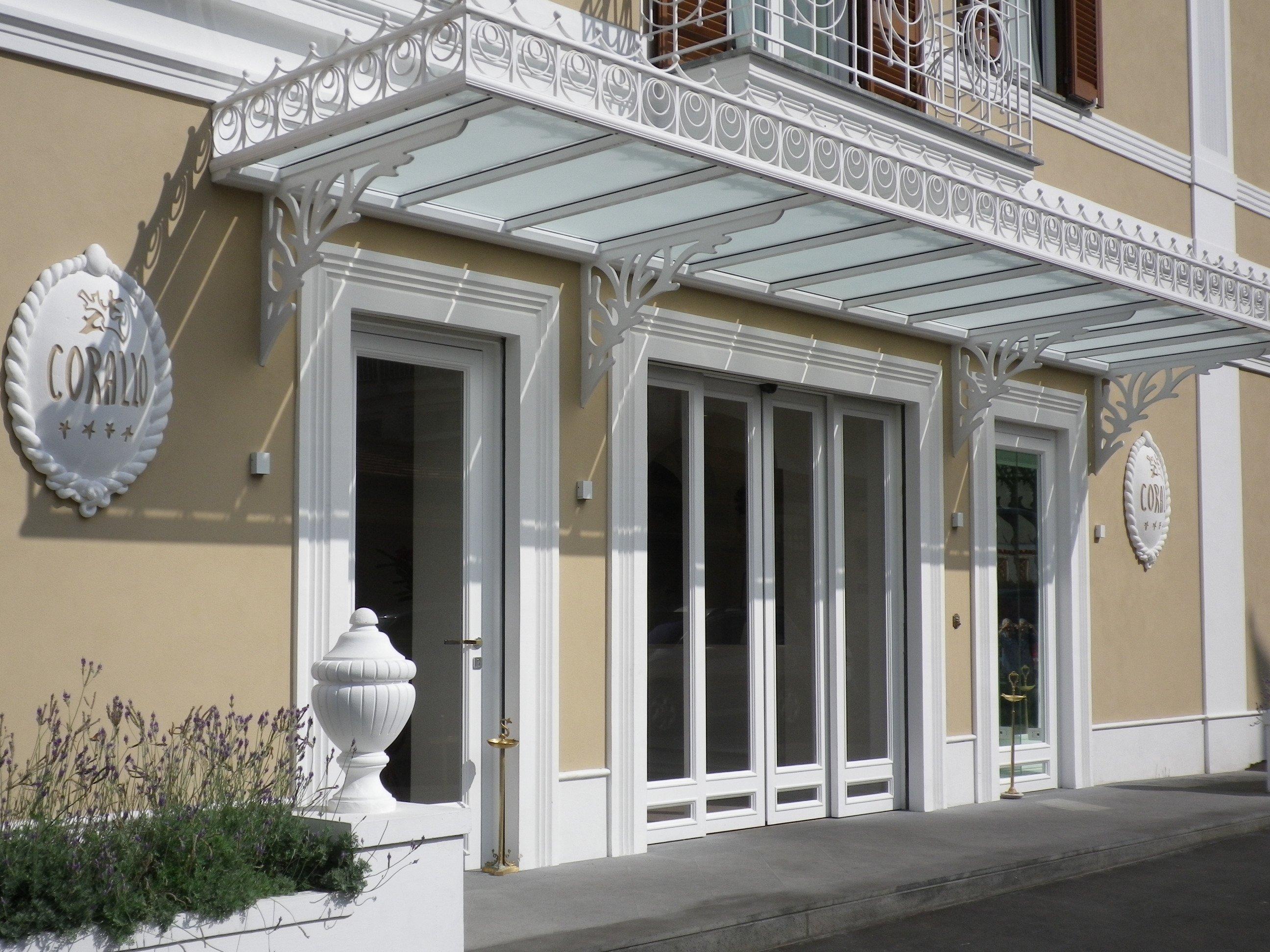 Entrata bianca di un elegante hotel