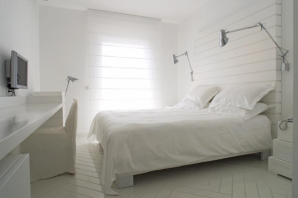 Letto della suite minimal bianca