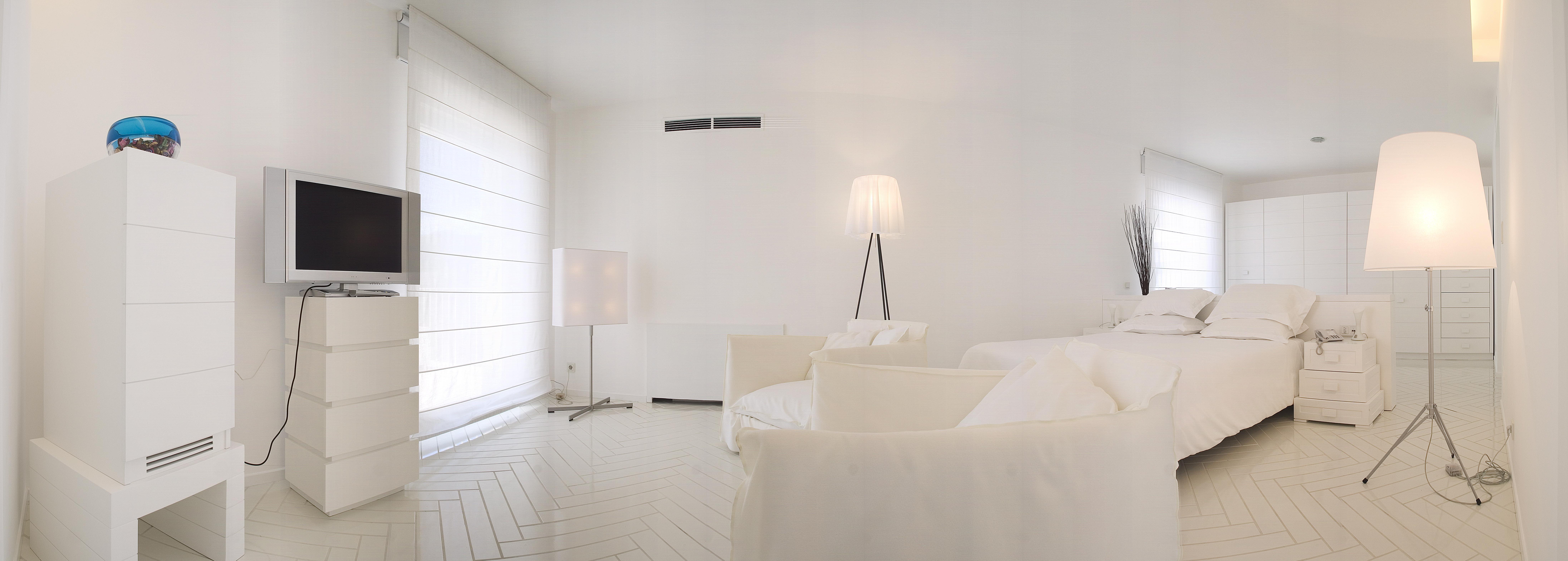 Elegante soggiorno di una suite minimal bianca