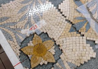 restauro dei mosaici in un pavimeto