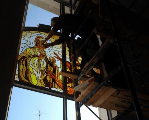 operaio durante lavorazione vetrata dalles