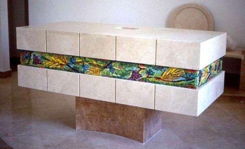lavorazione mosaico in un bancone