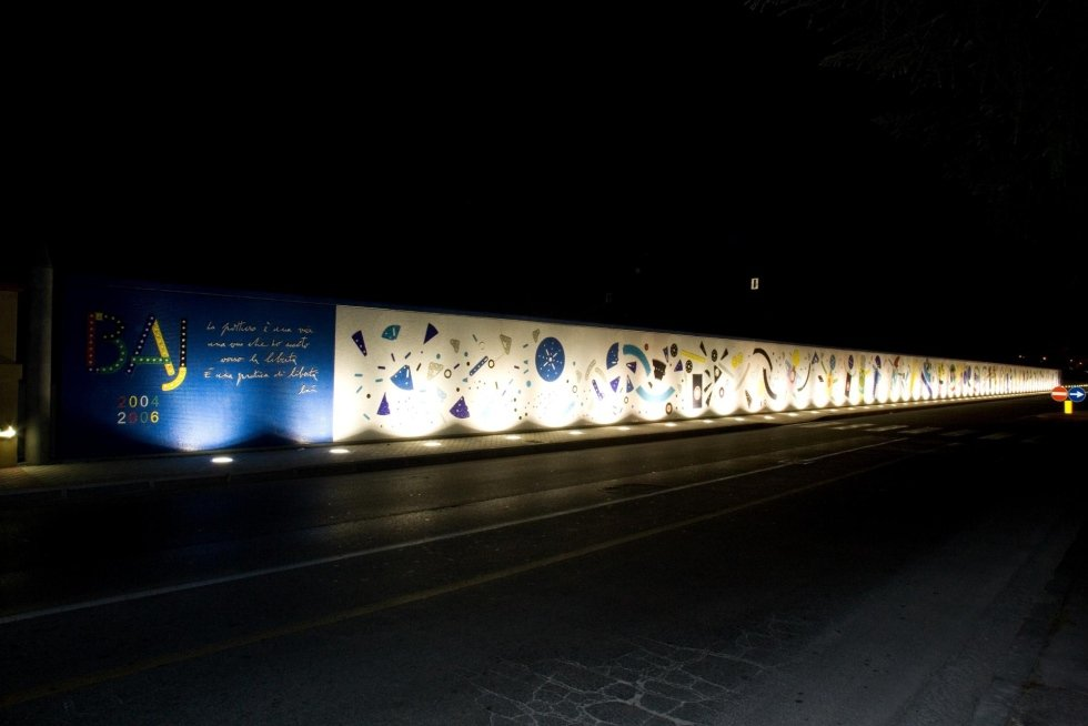 vista di una strada con artista Enrico Baj Muro