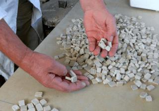 mani di una con mosaici