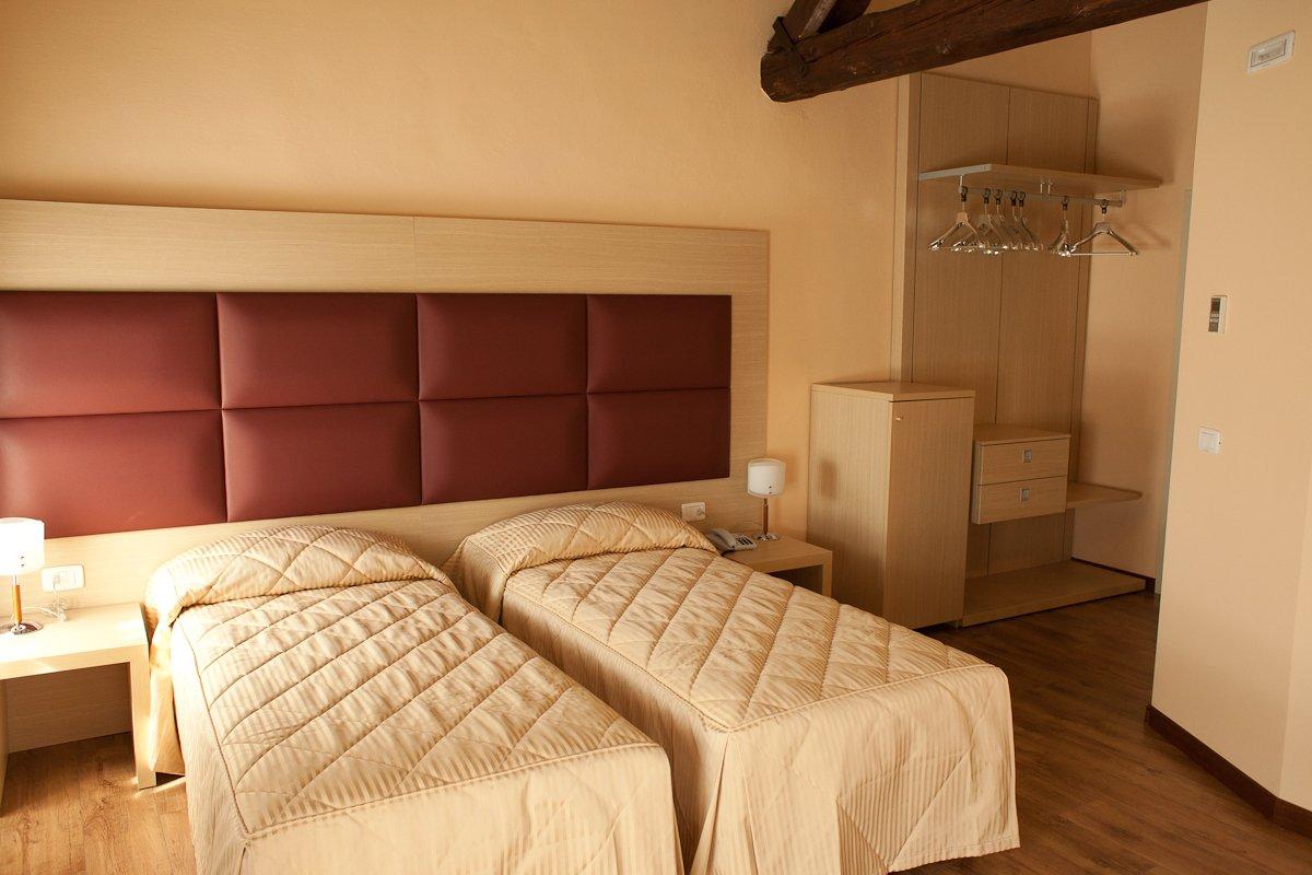 una stanza d'albergo con due letti singoli