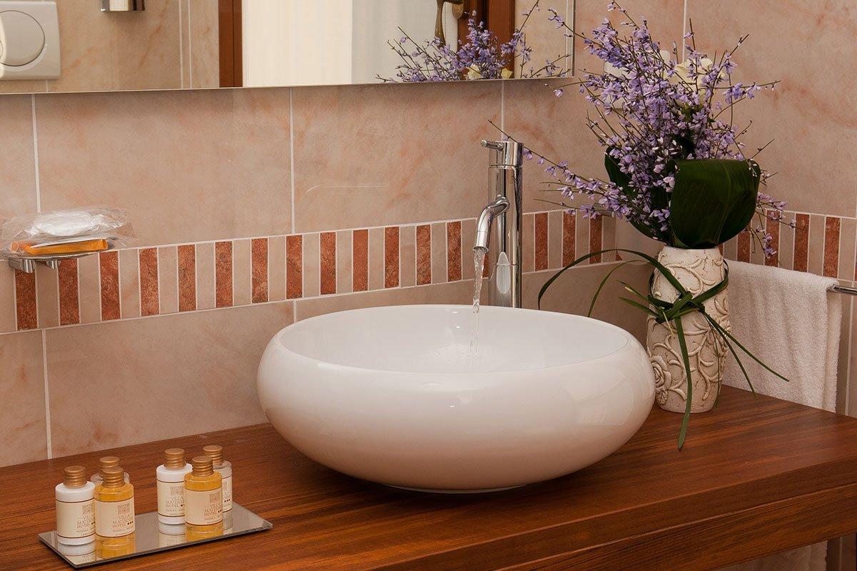 lavabo a forma rotonda e dei flaconcini di sapone