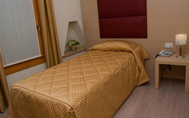 una stanza d'albergo con un letto singolo