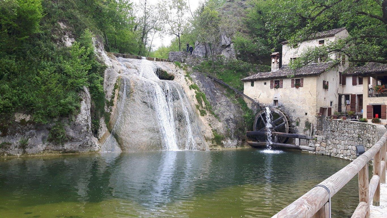 una cascata tra le montagne