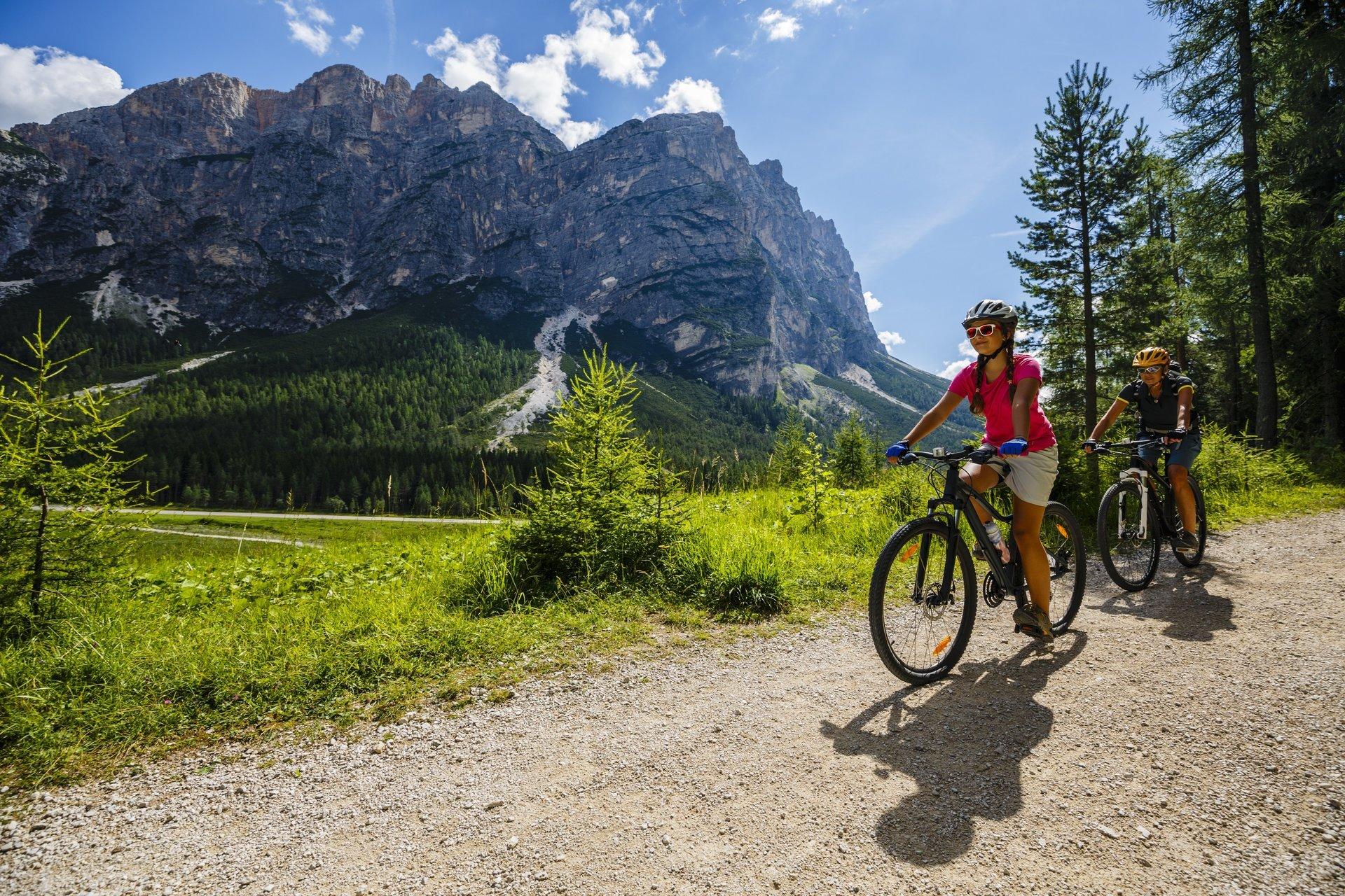 due ciclisti in montagna con lo sfondo di una montagna